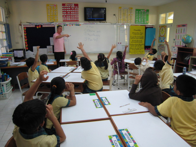 Grade 2 teacher elicits active response from students