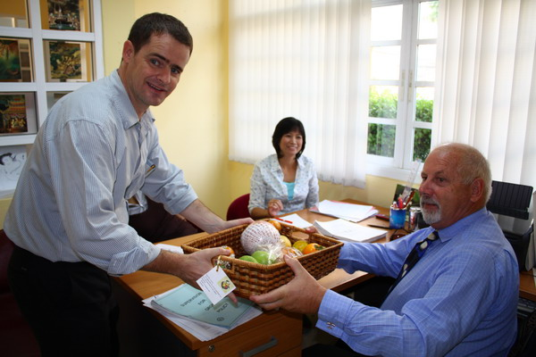 Academic director interrupted to receive his fruit basket